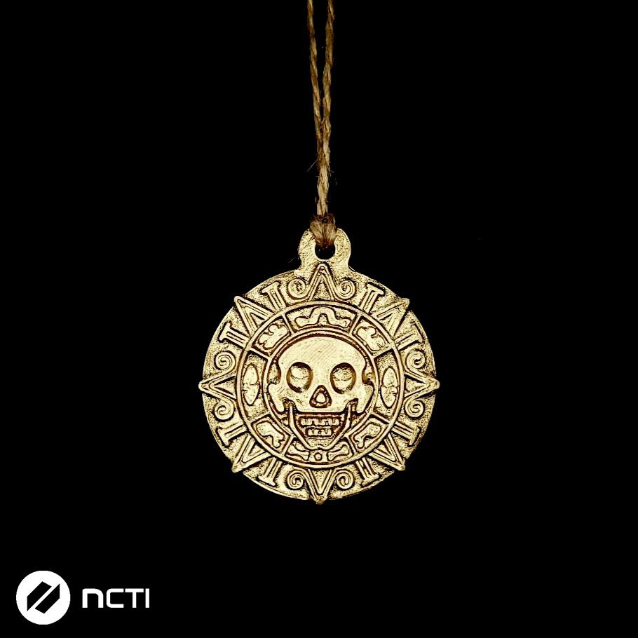 Medalion – pokryty złotym lakierem